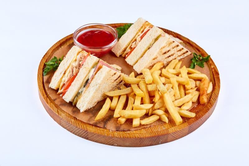 Sandwich à club avec des saumons et des légumes photographie stock