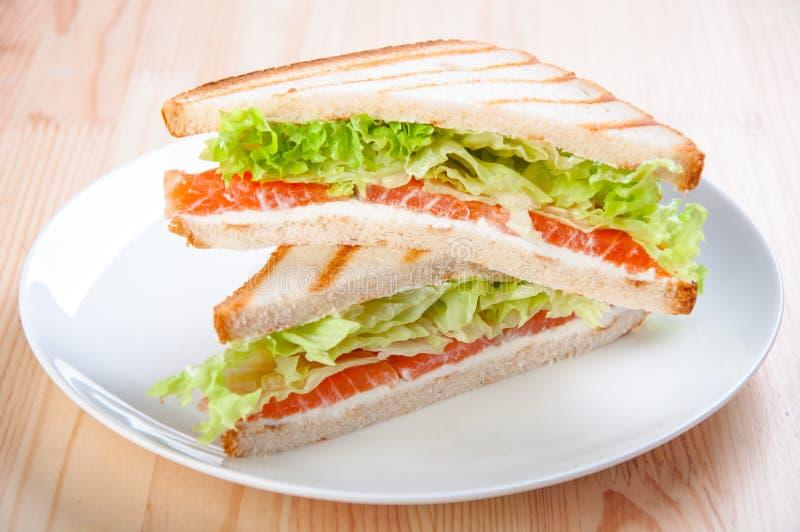 Sandwich à club avec des saumons, fromage, laitue photographie stock libre de droits