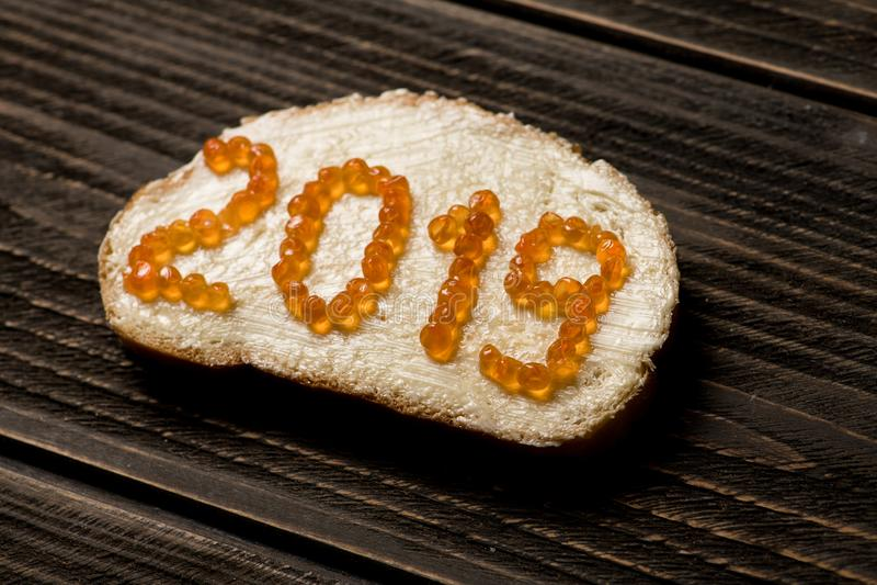 Sandwich à concept avec 2019 ans faits de caviar rouge photographie stock libre de droits