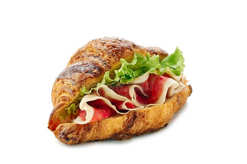Sandwich à croissant avec le jamon du jambon et de la laitue sur le blanc images libres de droits