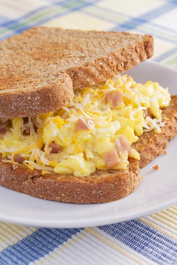 Sandwich à Déjeuner D Omelette De Jambon Photo libre de droits
