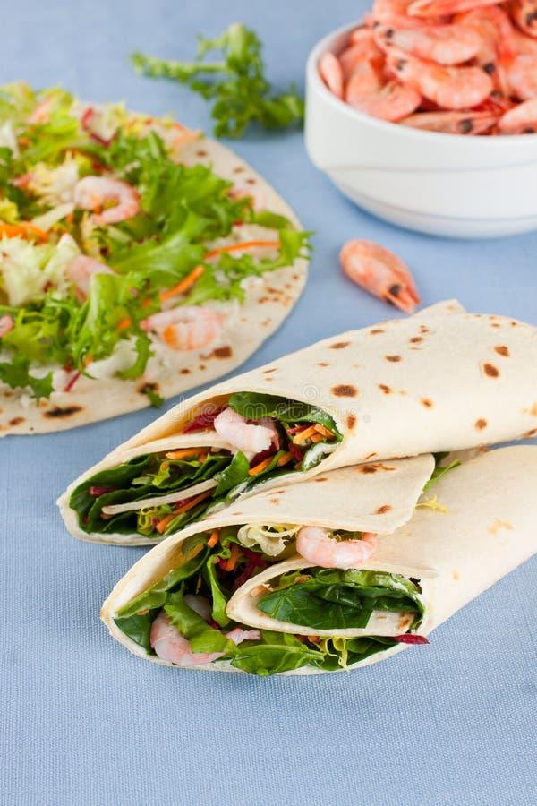 Sandwich à enveloppe avec les crevettes et la laitue photographie stock