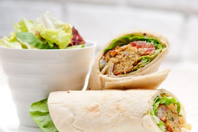 Sandwich à enveloppe de petit pain de pain pita de Falafel image libre de droits