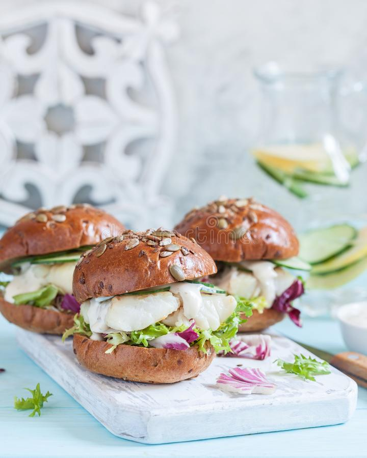 Sandwich à filet de poissons blancs avec de la sauce à tartre photographie stock