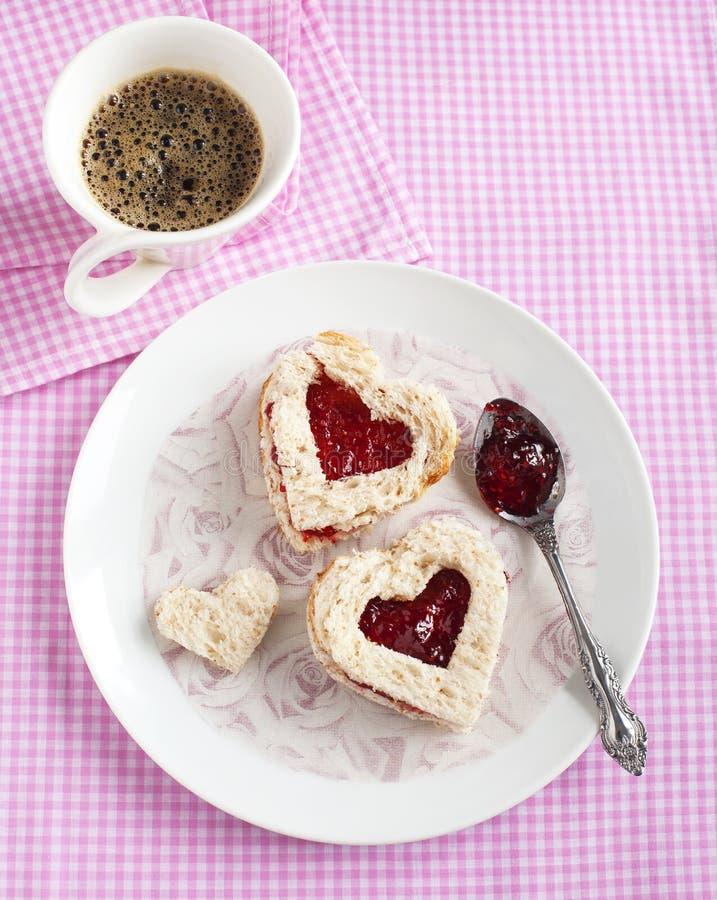Sandwich à forme de coeur avec de la confiture de fraise image stock
