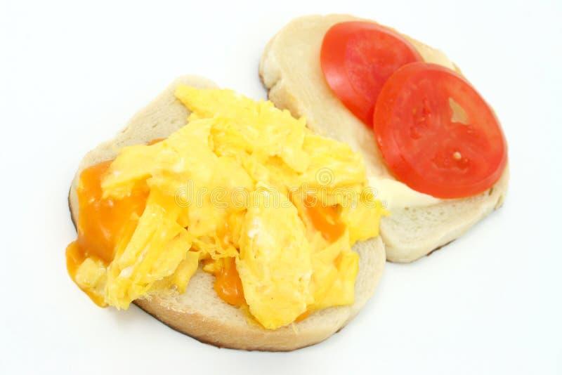 Sandwich à fromage et à oeufs brouillés ouvert photos stock