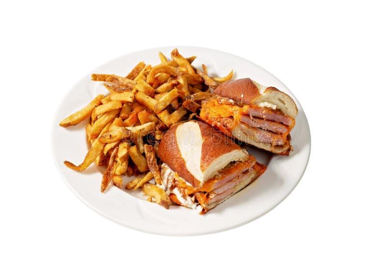 Sandwich à la poitrine sur blanc avec frites images stock