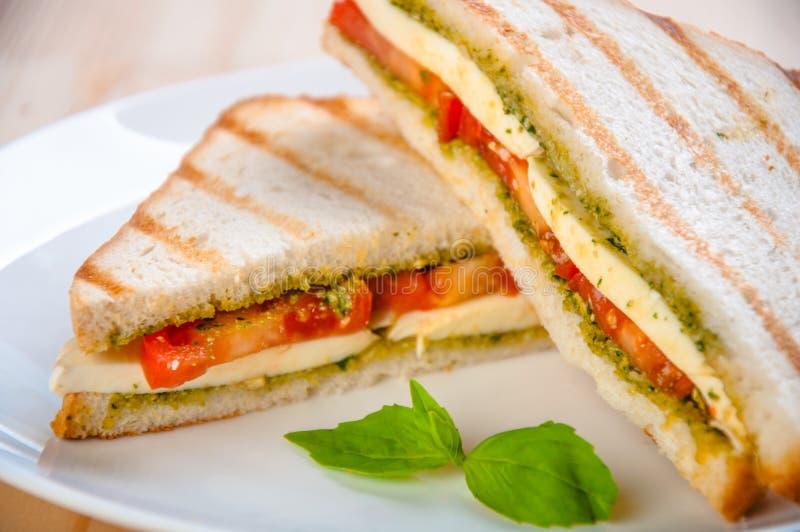 Sandwich à pain avec du fromage, tomate Casse-croûte végétariens sains photographie stock