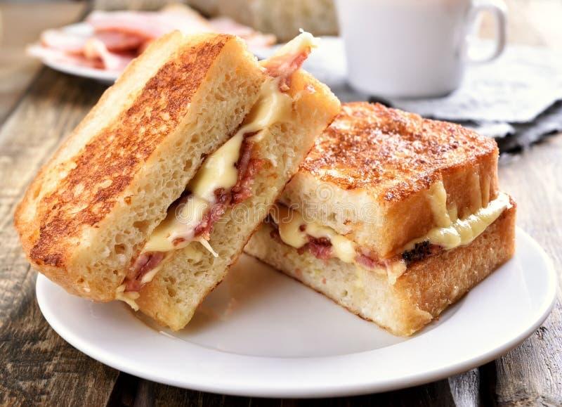 Sandwich à pain grillé avec du fromage et le lard photos libres de droits