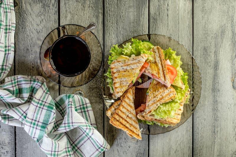 Sandwich à Panini avec du jambon, la tomate et la laitue photos libres de droits