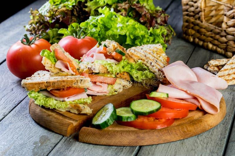 Sandwich à Panini avec du jambon, la tomate et la laitue images libres de droits