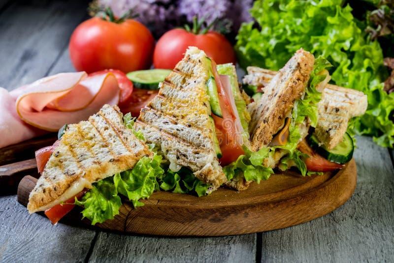 Sandwich à Panini avec du jambon, la tomate et la laitue photos stock