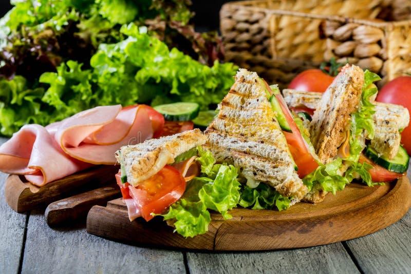 Sandwich à Panini avec du jambon, la tomate et la laitue photographie stock libre de droits