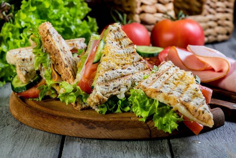 Sandwich à Panini avec du jambon, la tomate et la laitue photo stock