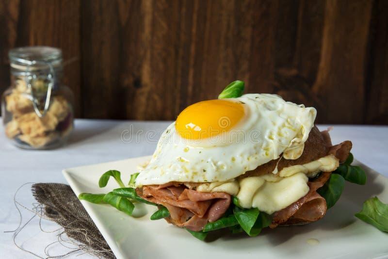Sandwich à petit déjeuner, Madame de croque avec l'oeuf au plat avec du jambon et moi images libres de droits