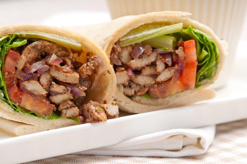 Sandwich à petit pain d'enveloppe de pain pita de poulet de shawarma de Kafta image stock