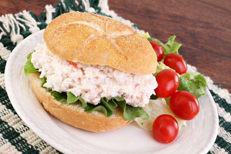 Sandwich à salade de fruits de mer sur un roulis dur. photographie stock