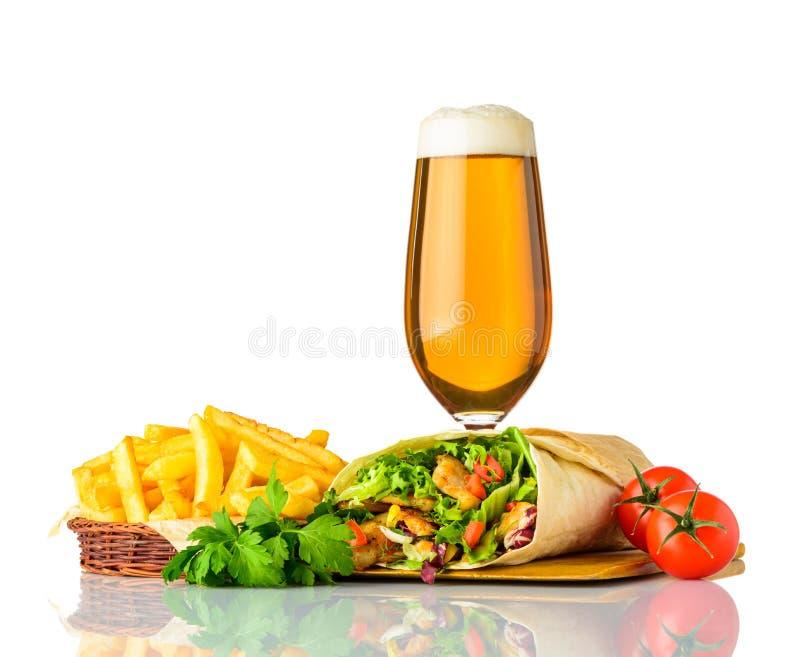 Sandwich à Shawarma avec de la bière en verre sur le fond blanc images stock
