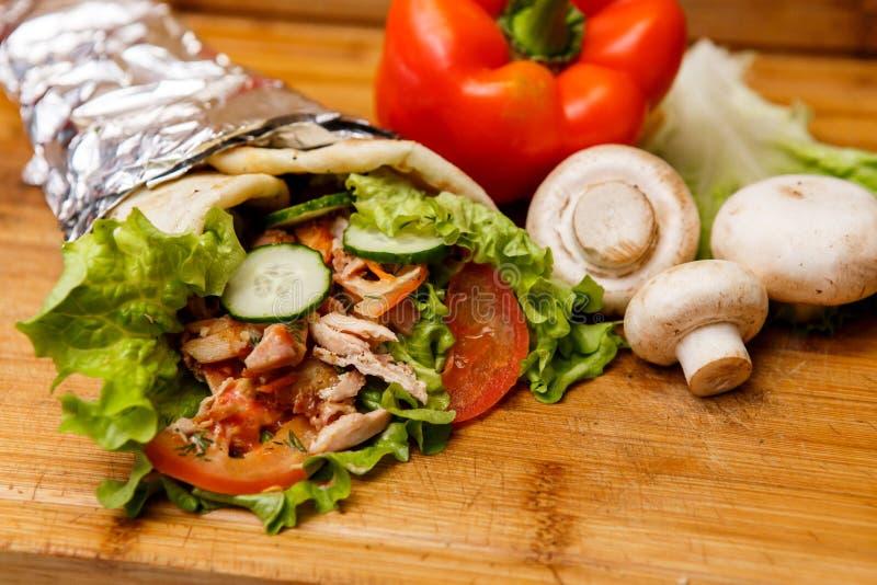 Sandwich à Shawarma - le rouleau frais de pain pita mince de lavash a rempli de la viande grillée, champignons, fromage, chou, ca image stock