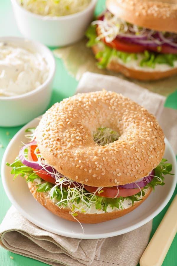 Sandwich à tomate sur le bagel avec la luzerne de laitue d'oignon de fromage fondu photo libre de droits