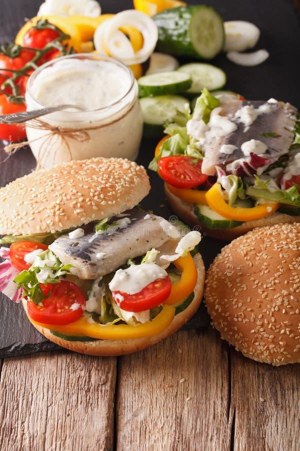 Sandwich allemand à harengs avec de la sauce et des légumes en gros plan Vert image libre de droits