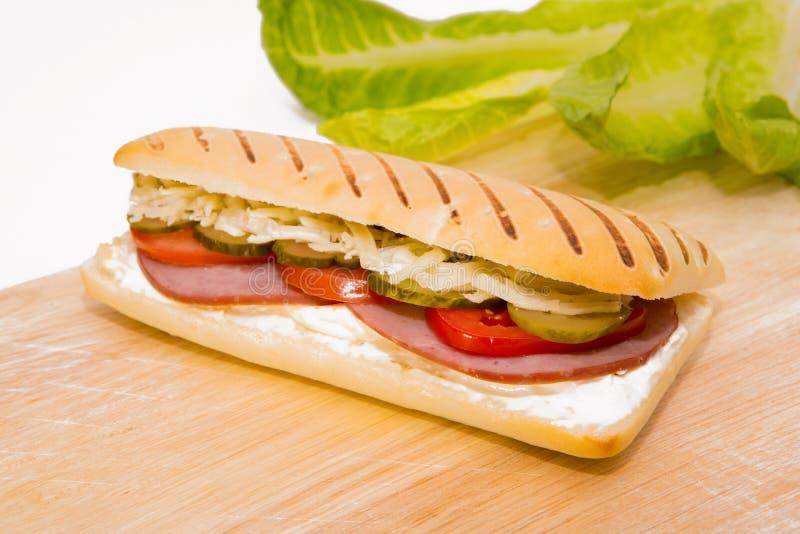 Sandwich au jambon avec un concombre photos libres de droits