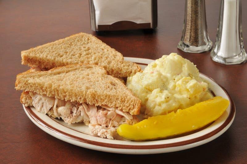 Sandwich au poulet avec de la salade de pomme de terre images libres de droits