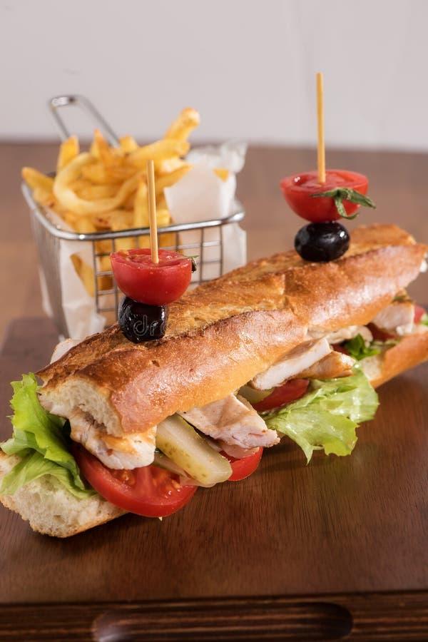 Sandwich au poulet avec les fritures frites photos stock