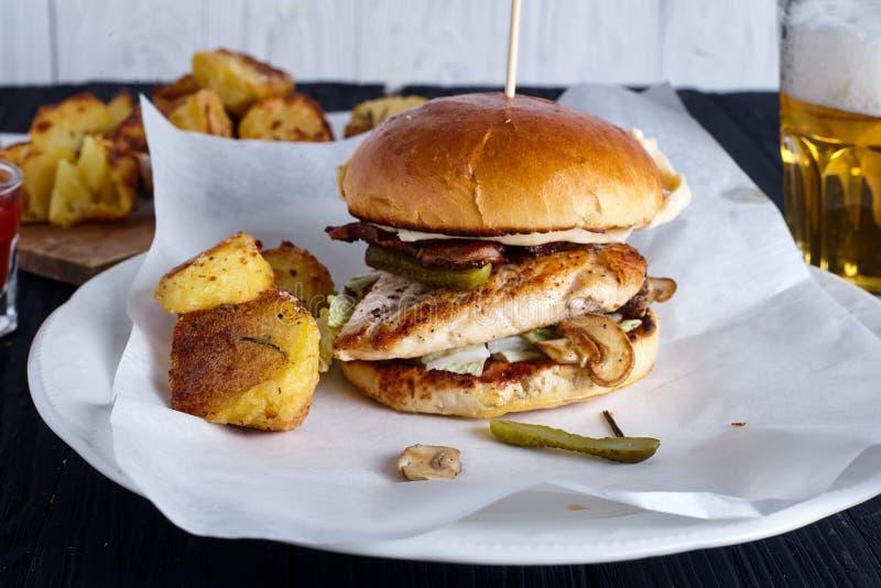 Download Sandwich Au Poulet Fait Maison Avec Des Champignons Image stock - Image du grillé, noir: 77151217
