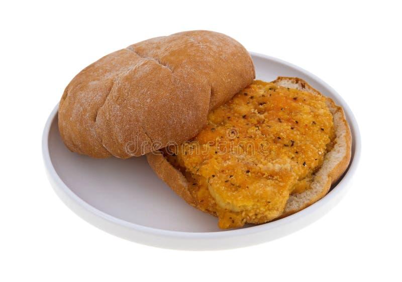 Sandwich au poulet pané sur un plat photo stock