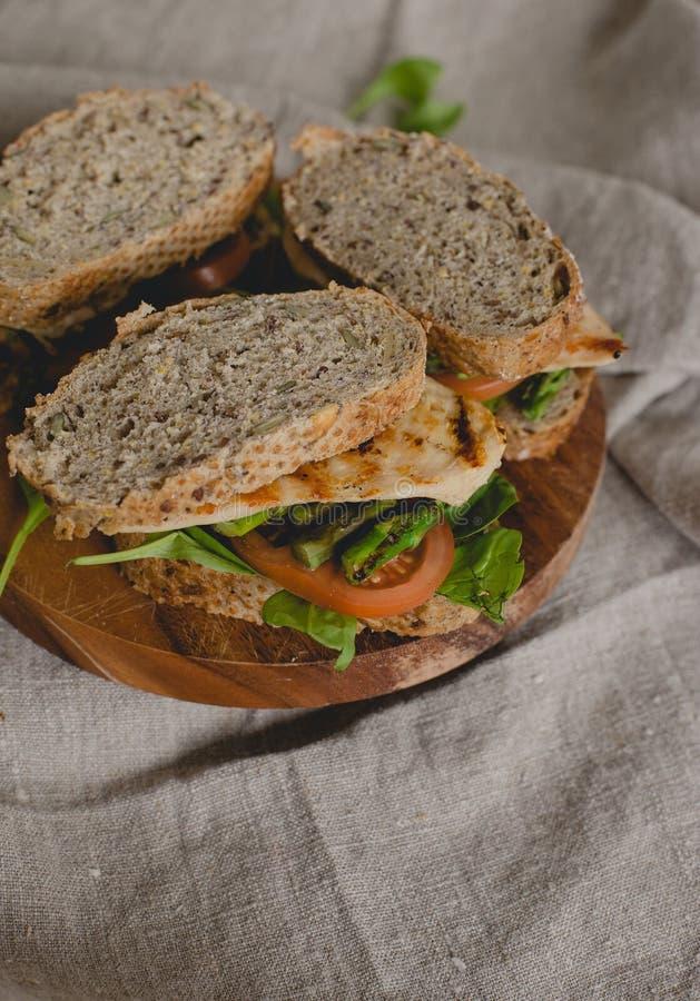 Sandwich auf dem Tisch lizenzfreies stockfoto
