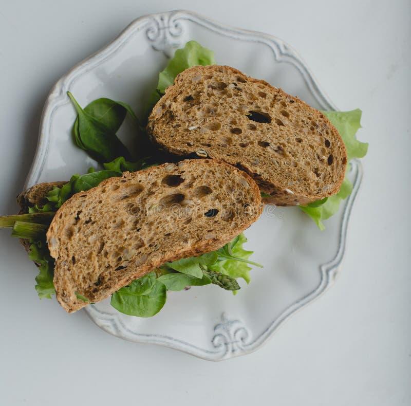 Sandwich auf dem Tisch stockfotografie