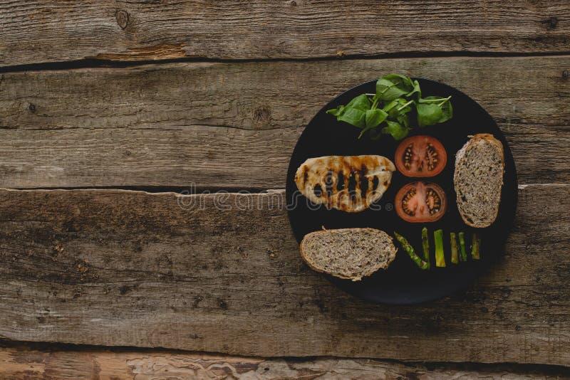 Sandwich auf dem Tisch lizenzfreie stockbilder