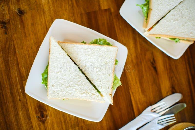 Sandwich avec de la salade sur la table en bois photographie stock