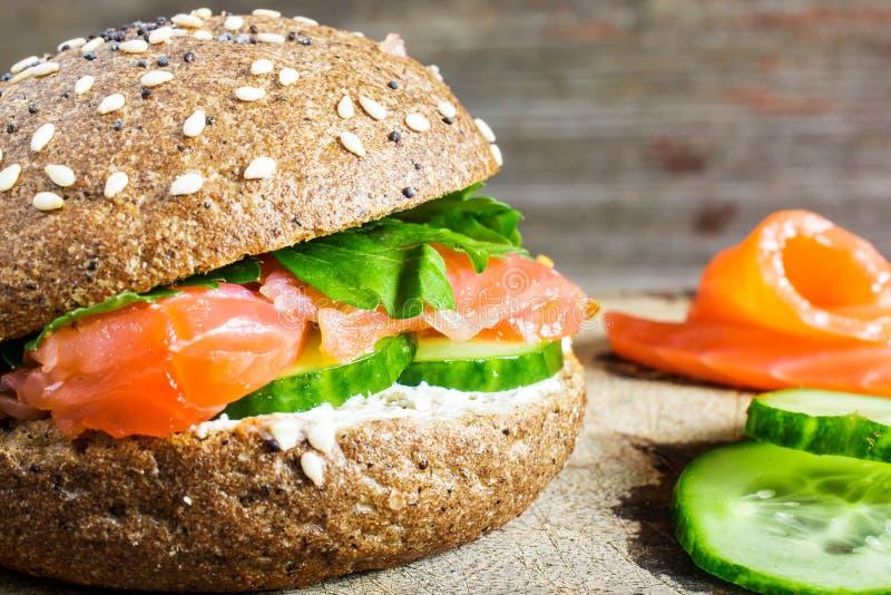 Sandwich avec des céréales pain et saumons pour le petit déjeuner sain photographie stock libre de droits