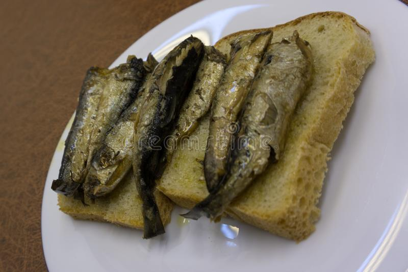 Sandwich avec des sardines, des esprots avec le persil et l'aneth images stock