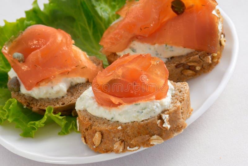 Sandwich avec des saumons image libre de droits
