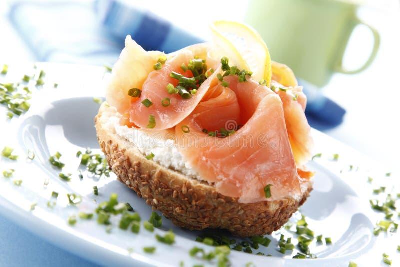 Sandwich avec des saumons photo libre de droits