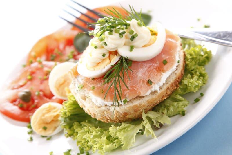 Sandwich avec des saumons photos stock