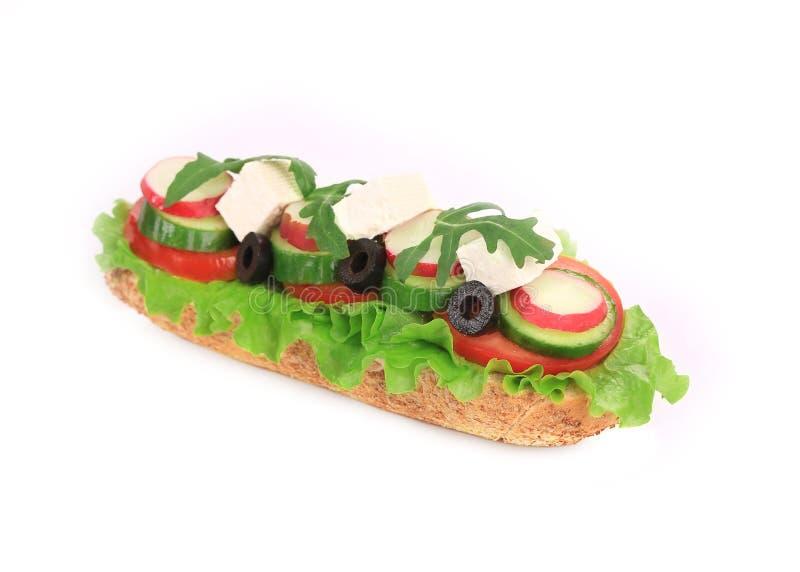 Sandwich avec du fromage, le concombre, le radis et la tomate photos libres de droits