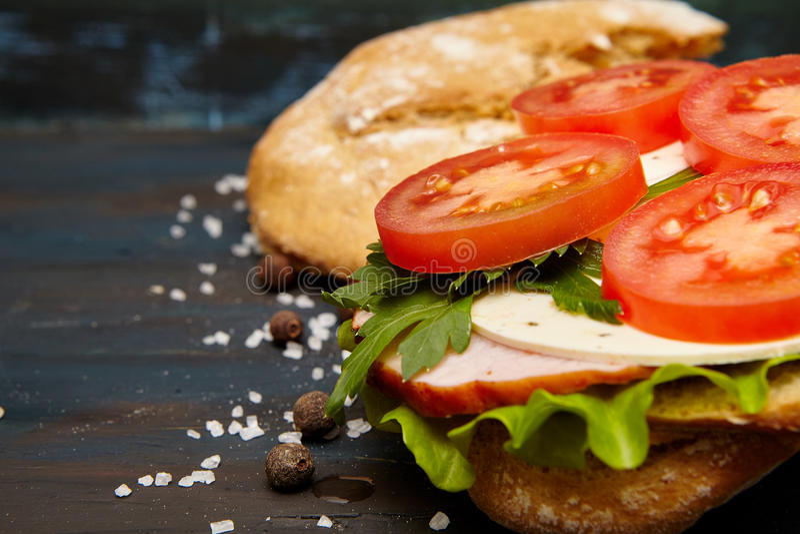 Sandwich avec du jambon et des légumes images stock