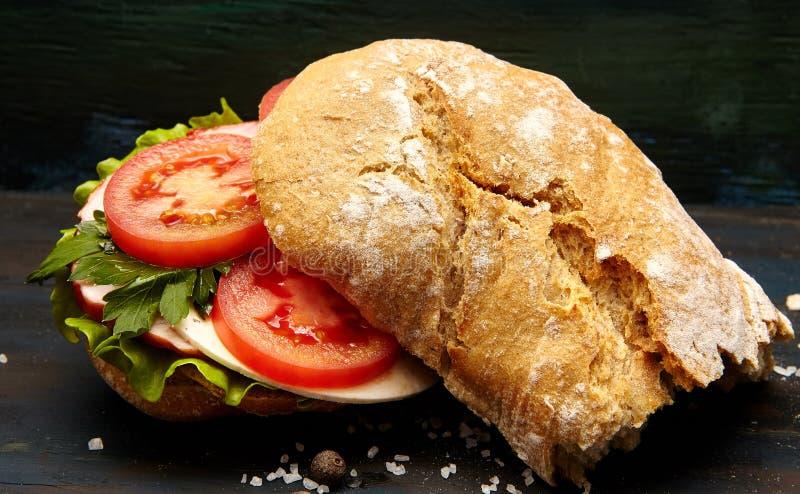 Sandwich avec du jambon et des légumes image stock