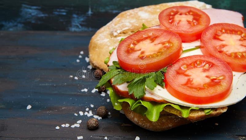 Sandwich avec du jambon et des légumes images libres de droits