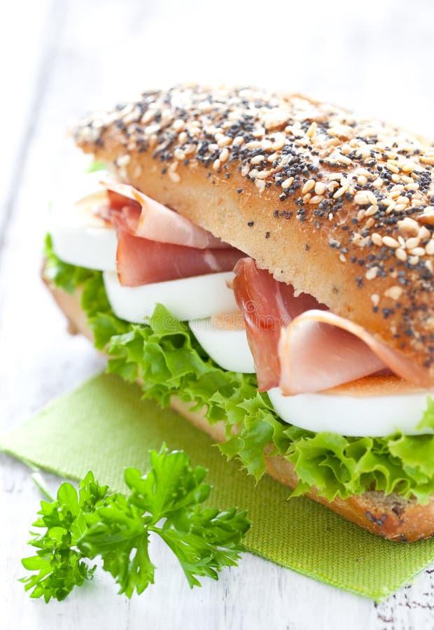 Sandwich avec du jambon et l'oeuf images stock