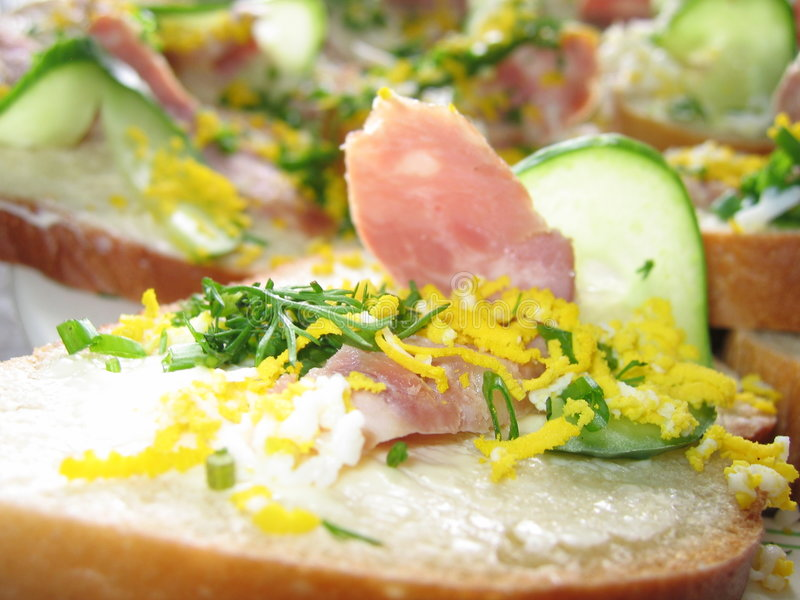 Sandwich Avec Du Jambon Et Le Concombre Photo stock