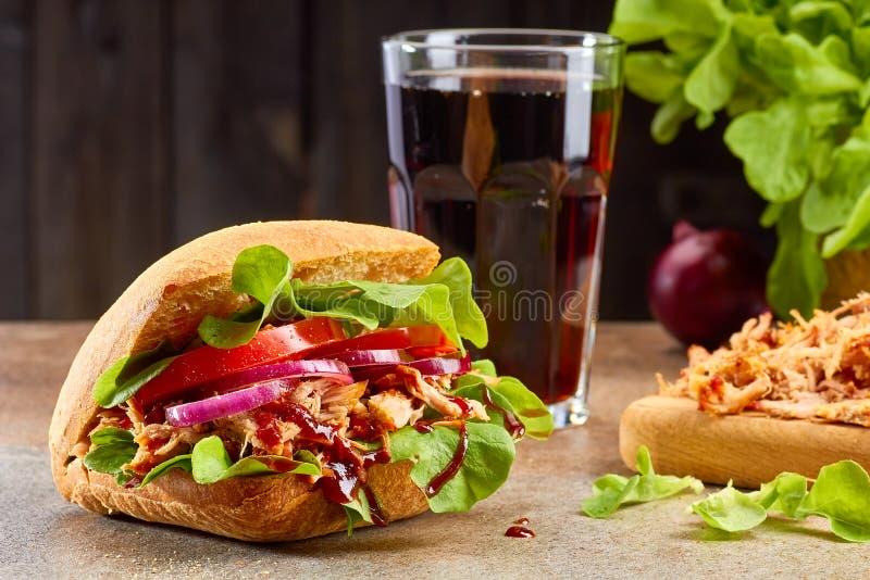 Sandwich avec du porc et le verre tirés de kola sur la table en pierre photos stock
