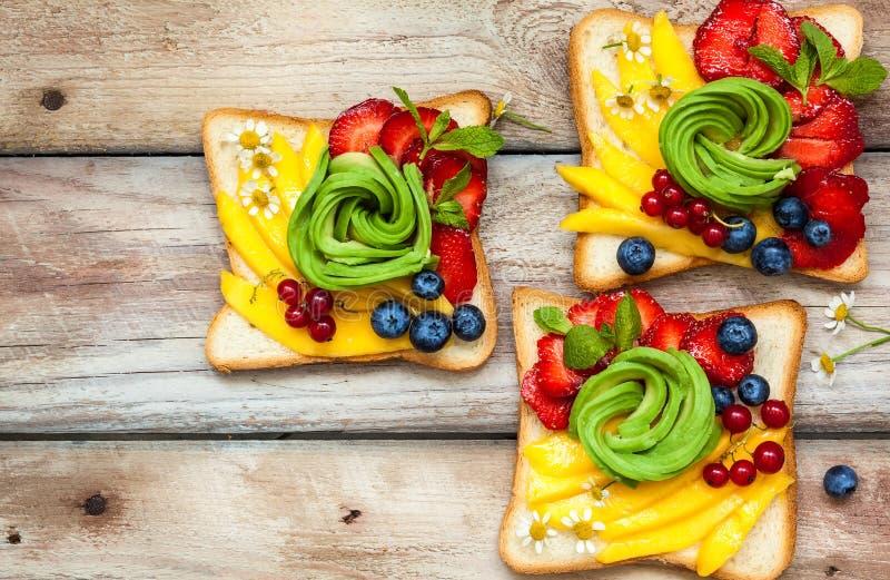 Sandwich avec l'avocat, les fruits et les baies photographie stock