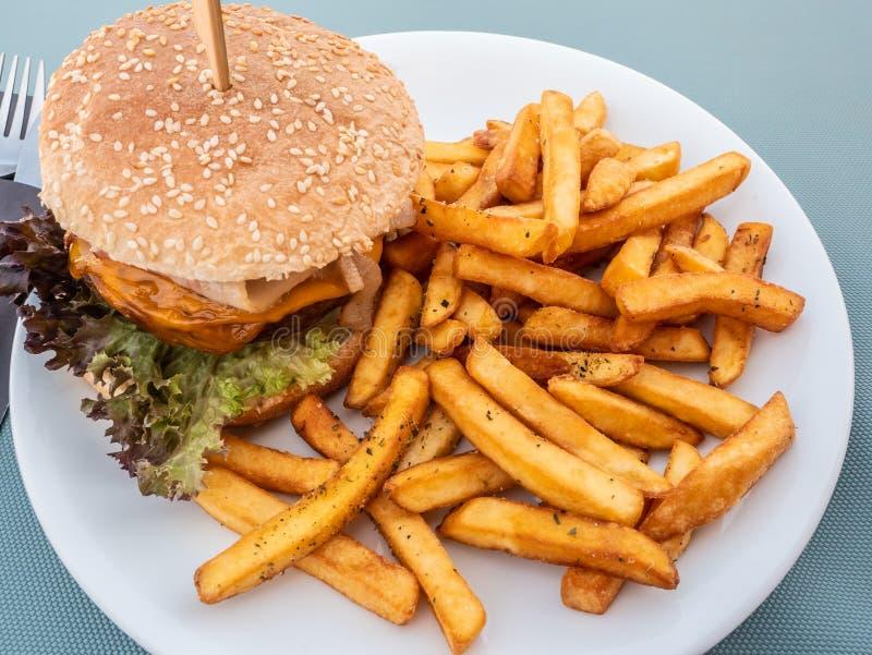 Sandwich avec l'hamburger chevronné même de viande image stock