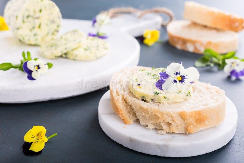 Sandwich avec l'herbe et le beurre comestible de fleurs images stock