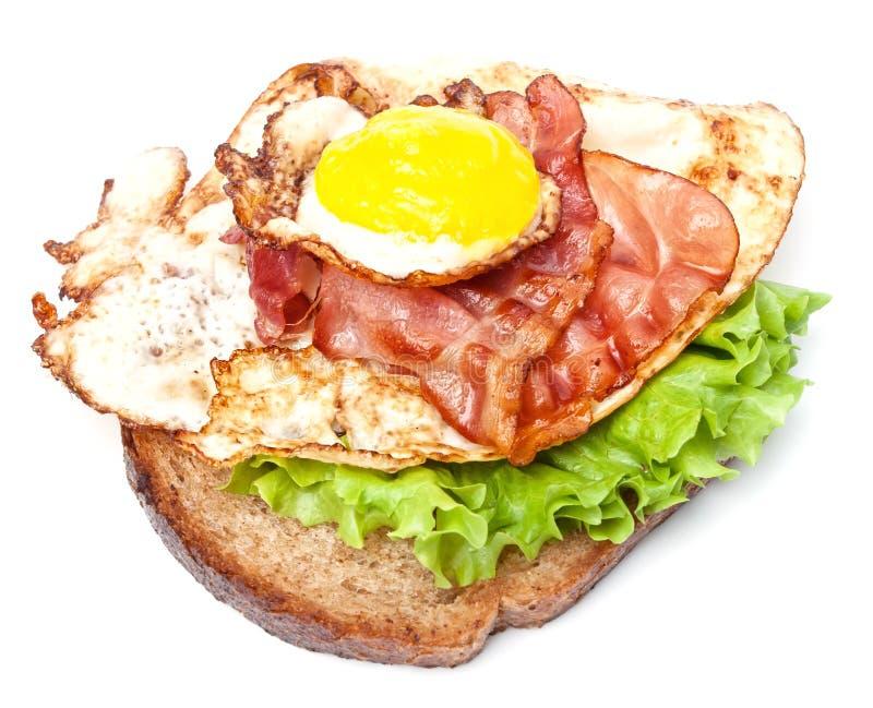 Sandwich avec l'oeuf et le lard images stock